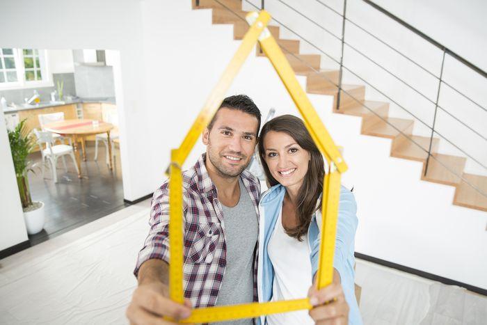 couple dans un appartement duplex pour illustrer l'état de l'immobilier à toulouse