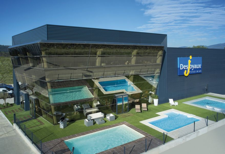 franchise piscines desjoyaux dans franchise piscine et spa construction entretien. Black Bedroom Furniture Sets. Home Design Ideas