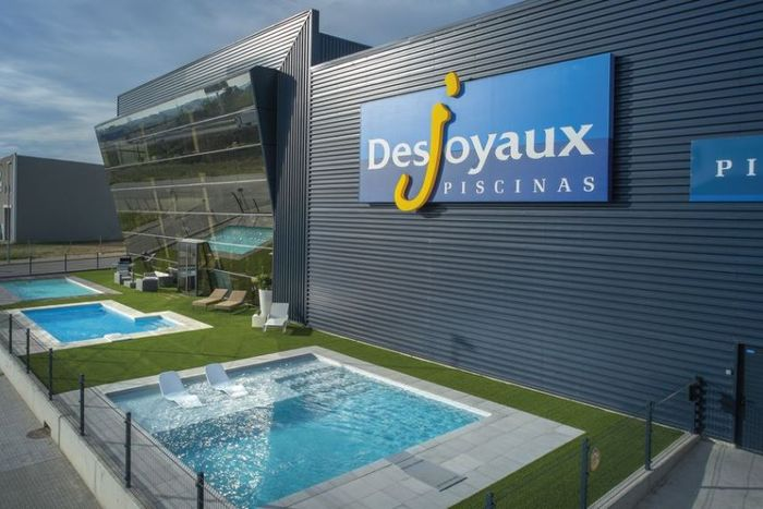 Alternative la piscine hors sol piscines desjoyaux for Piscine semi enterree desjoyaux